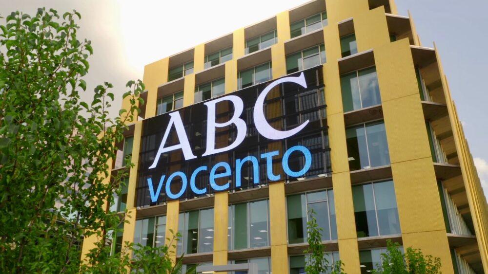 Cartelería digital exterior en fachada Vocento 1