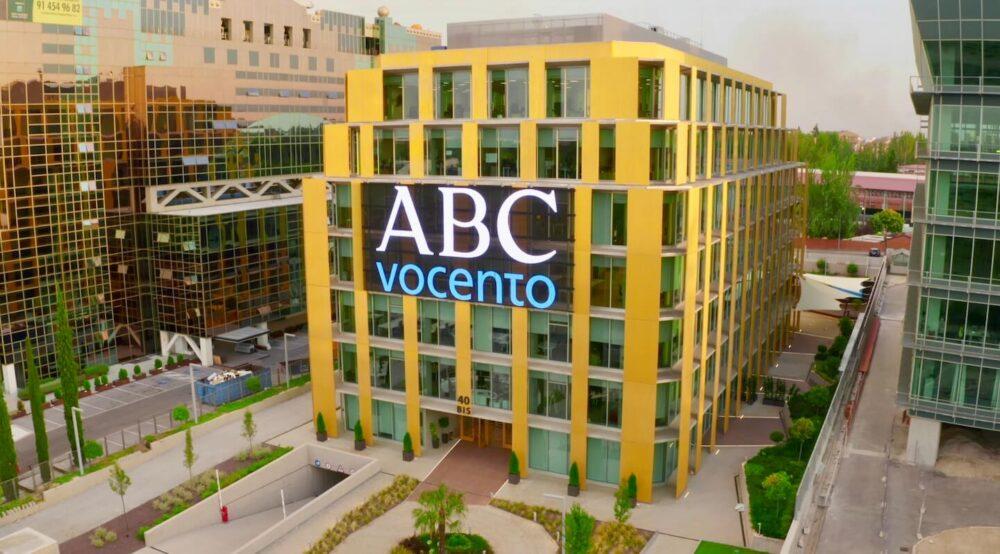 Cartelería digital exterior en fachada Vocento 2